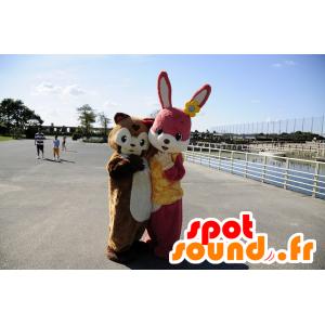 Růžový králík maskot a kaštan prase