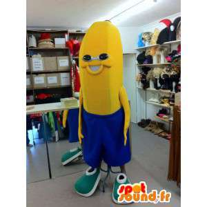 Mascota del plátano en pantalones cortos azules