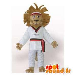 Mascotte van de Leeuw in witte kimono. Leeuwkostuum judoka