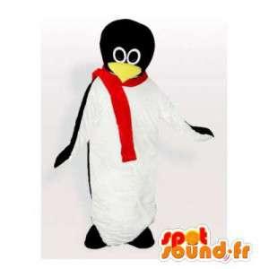 Mascotte pinguino con una sciarpa rossa
