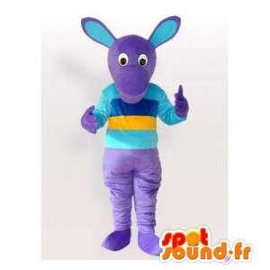 Mascote canguru roxo vestido de azul e amarelo