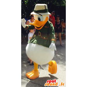 Donald Duck mascote vestida de explorador