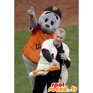Mascot cinza leão-marinho com uma camisa laranja