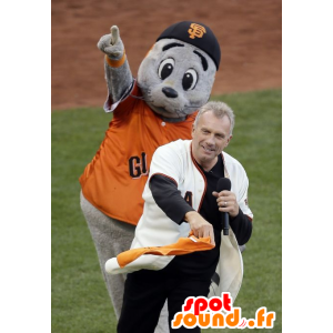 Mascotte león marino gris con una camisa naranja
