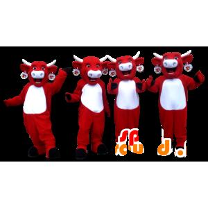 4頭のマスコットキリ牛、赤と白の牛