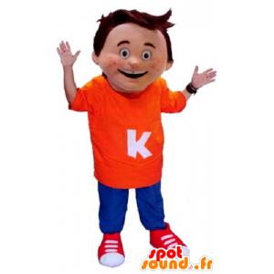 Maskotka mały chłopiec ubrany w pomarańczowy i niebieski strój