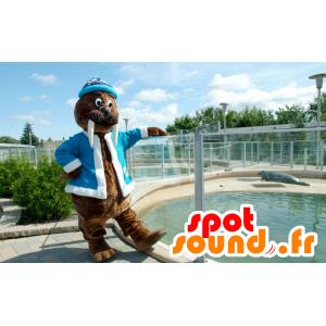 Mascota morsa Brown, con una chaqueta y gorra azul