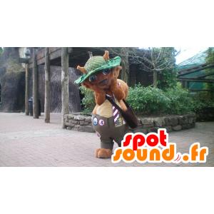 Mascotte de castor, d'écureuil marron avec un chapeau vert
