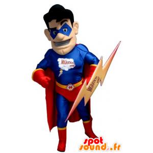 Superhelt maskot holder rødt og blått, med en flash