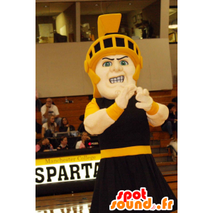 Ritter Mascot schwarzen Outfit mit einem gelben Helm