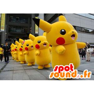 Maskot Pikachu, která je známá kreslená postavička