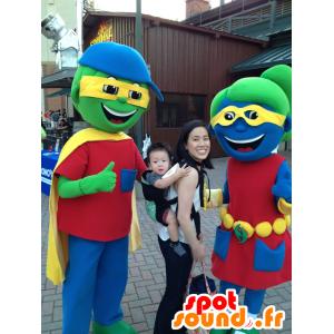 2 maskotteja, poika ja tyttö värikkäitä
