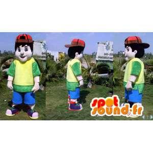 Mascotte de garçon avec une tenue colorée et une casquette