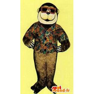 Macaco mascote marrom com um colete florido e óculos de proteção