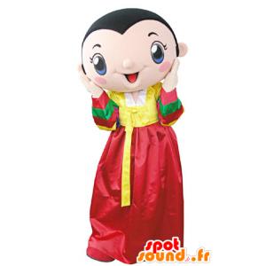 Mascotte de femme brune portant une robe jaune et rouge