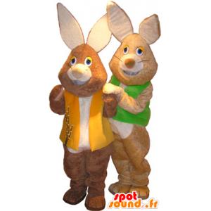 2 mascots braune und weiße Kaninchen mit farbigen Westen - MASFR032517 - Hase Maskottchen