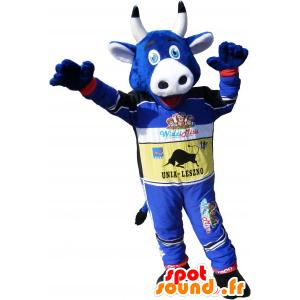 Blaue Kuh Maskottchen hält Rennfahrer