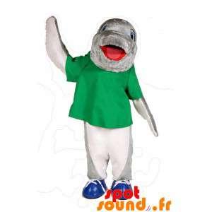 緑のシャツとグレーと白イルカのマスコット
