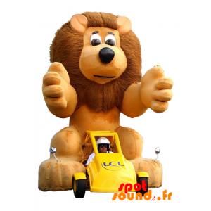 Gul bilmaskot med ett brunt lejon. LCL maskot - Spotsound maskot