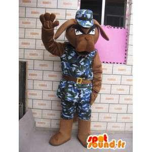 Cão mascote malha militar e capacete azul do exército