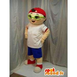 Chłopiec maskotka z zielonych okularach i czerwonej czapce. Ulica.