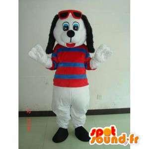Maskotka biały pies był z pasiastą koszulę i czerwone okulary