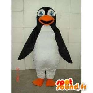Mascot traje de pingüino y el mar blanco y negro