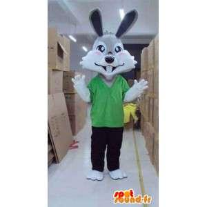 緑のTシャツとズボンと灰色のウサギのマスコット