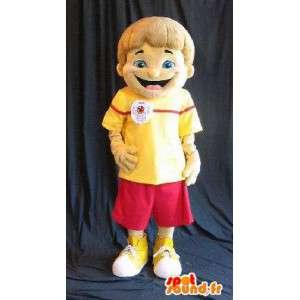Mascot van een jonge jongen in de zomerkleren rood en geel