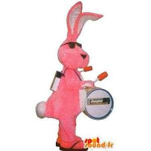 Maskot som representerar en rosa kanin, förklädnad man-orkester