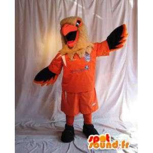 Eagle mascotte houdt voetbal kostuum voetbal supporter
