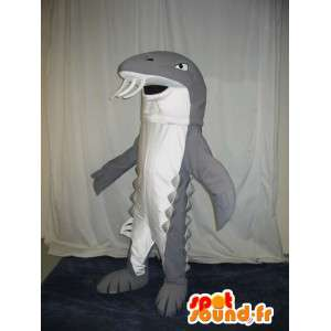 Maskot, der repræsenterer en grå haj, skjuler tænder på havet -
