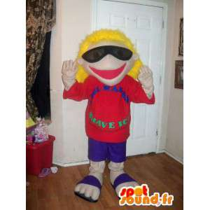Μασκότ ξανθό κορίτσι στο flip-flops με τα γυαλιά ηλίου