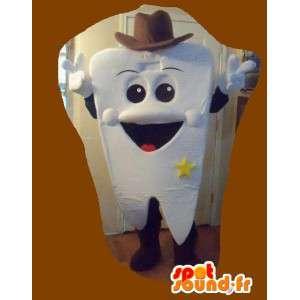 Mascote em forma de dente de sorriso grande vestido como xerife