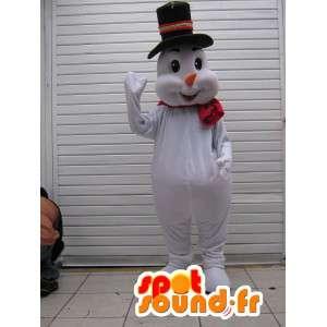 彼の黒の帽子とスカーフとマスコットの雪だるま