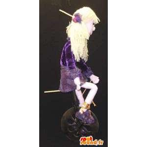 Maskotka dziewczyna blondynka w fioletowy strój z cekinami - pokaz kostiumów