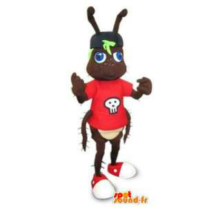 Mascotte de fourmi marron en t-shirt rouge. Costume de fourmi