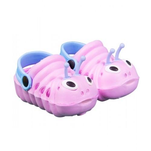 Chaussures roses et bleues, chenilles