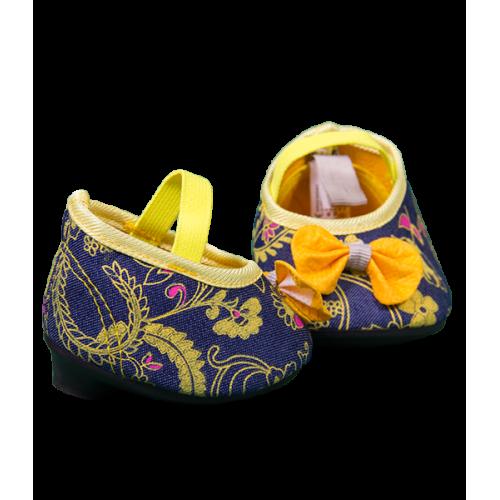 Chaussures bleues et jaunes avec des talons